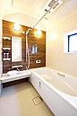 <当社施工例> 乾きやすい床・ゴミキャッチャー付き排水口付で毎日のお手入れもラクラク 「浴室換気乾燥暖房機」付きで1年を通して快適にご使用になれます 「保温浴槽」タイプ