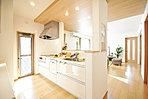 <キッチン施工例> 「食洗機・浄水器・オールスライド収納」など機能性に優れたシステムキッチンを全棟に採用 対面式キッチンは室内全体を見渡せるママにも安心のかたち ※収納力あるパントリー付