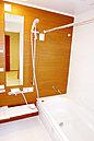 <浴室施工例> 乾きやすい床・ゴミキャッチャー付き排水口付で毎日のお手入れもラクラク 「浴室換気乾燥暖房機」付きで1年を通して快適にご使用になれます お湯が冷めにくい「魔法びん浴槽」
