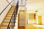 <1号棟/リビングダイニング> 一体感のあるファミリーラウンジ設計 2階へと続く「オープン階段」はお子様の楽しい声が響き渡りそうです 22.58帖のひろびろ空間を実際にご体感ください 内覧随時受付中で