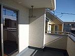 <キッチン/施工例> 「浄水器・オールスライド収納・人造大理石天板」など機能性に優れたシステムキッチン  「パントリー+勝手口設計」で収納・採光・通風を満たすママ目線のキッチンが完成しました