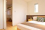 <主寝室/施工例> 主寝室にはウォークインクローゼットを完備 落ち着いた雰囲気のアクセントクロスとミニカウンター付デザインがワンランク上の寝室を演出します