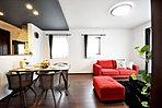 <当社施工例> 住まいの印象を決めるLDKは「折下天井」でスタイリッシュさをプラス また多くの時間を過ごすリビングダイニングに「温水式床暖房」を施工 冬場のフローリングも足元から暖かく