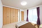 <現地主寝室> 8帖のゆとりある広さの主寝室 間口が広く使い勝手の良いミラー付クローゼットを完備 ミニカウンター付デザインがワンランク上の空間を演出します