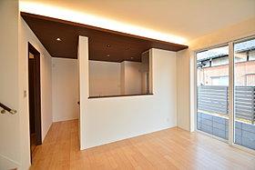 キッチン上部は下がり天井になっており間接照明を設えました