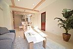 LDK。キッチンの奥には和室があります。