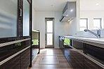 【施工例】キッチンの様子 人気の対面キッチン IHクッキングヒーターでクリーンエアな環境を維持します。高熱費節約にも欠かせません。