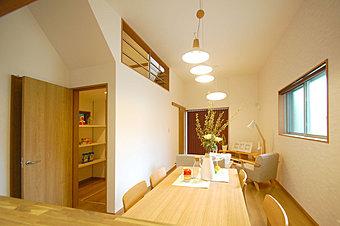[現地モデルハウス写真・上部] 1Fと2Fが繋がる窓を設置。家族の雰囲気がどこにいても伝わります。[写真・左] 玄関から居室へと繋がるウォークスルーの収納スペース。/現地モデルハウス