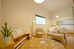 落ち着いた色合いのリビングは家族でゆったりくつろげる空間。/現地モデルハウス