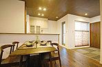 畳コーナーはお子様の遊び場やお昼寝スペースとしてキッチンで料理中でも目が届きます/現地モデル写真