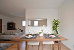 家全体に光と風を届ける中庭は、開放的。壁に囲まれており、プライベート性が保たれているので、安心して窓を開けてくつろぐことができます。
