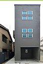 キューブ型のデザインがシャープな印象の外観。 外から直接室内が見えないよう設計された玄関は、プライバシー性を確保しています。/現地モデルハウス