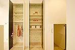 家事と片付けが楽しくなる、 使い勝手の良いキッチン横のパントリー。