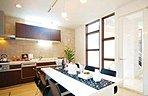 落ち着いた色合いでまとめられたキッチンダイニング。ダウンライトの温かい光が室内を優しく包みます。/施工事例
