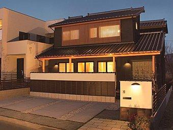 2016年1月発表の新モデルハウス『和装の家』(1-23-4号地)外観。国産の瓦葺き、黒い外壁、天然木の柱、格子戸、銅製の雨樋など本格的な和仕様です。