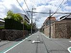 【現地から約190m】現地から1本抜けると曽根駅まで伸びる平坦で広々とした通りへ。見晴らしが良く、駅まで徒歩7分と駅近な上に、閑静な街並みが魅力です。