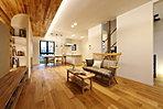 【当社施工例】【当社施工例】「家の中にいても、周囲の緑が楽しめる清々しさや、健やかな自然素材の風合いに親しめる住まいを」壁から天井にかけても無垢材をモザイクのように貼り、木質感たっぷりに仕上った温かみ