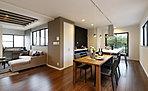 【コンセプトハウス】Sunny Gardenのある家 奥行きのあるLDKはキッチンから見渡せ、広がりを感じる設計に。本物の木を使ったアクセントウォールも空間に温かさをプラスしてくれます。