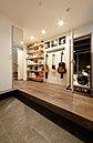 【当社施工例】洗面にもこだわり、木の板のカウンターにシンプルな白いシンクを合わせたミニマムなデザインを造作。ちょうどいい場所に造作した棚や収納、ミラーは手づくりで。