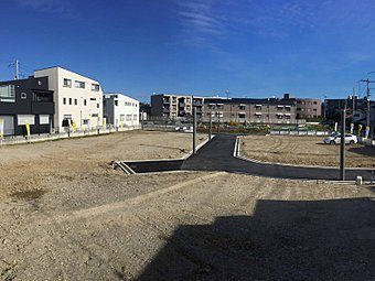 現地(2016年10月)撮影 周囲に高い建物が少なく、緑広がる広々とした開放感あふれる現地。これからプランニングされた全16区画の街が広がります。