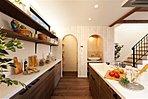 【コンセプトハウス】キッチンの傍には小さな洗面コーナーとパントリーを設計。使い勝手も収納力もある、ママに嬉しい空間に