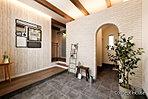 【コンセプトハウス】印象的な玄関はお客様を迎え入れるため、そして住む人が趣味のスペースに活用するなど、みんなが楽しめるよう広い空間を。シューズクロークやかぎ置きの棚、コートかけなど機能性も