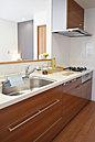 ■明るい対面キッチン。 お料理の準備中もリビングにいる家族と会話を楽しめます。食洗機・三口コンロもついているので、お料理も後片付けも楽々。 【弊社施工例:浄水器一体型システムキッチン】