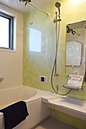 ■家族の笑声が聞こえてきそうな浴室。お子様と一緒に楽しい時間を。時にはおひとりでゆっくり入られるのもいいですね。標準仕様で浴室乾燥機・追い炊き機能もついているので、家事作業も軽減できます。【施工例】
