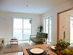 LDKや隣接した和室も見渡せる対面式キッチン。家族と会話しながら、お子様の様子を見ながら。安心して家事ができます。【弊社施工例:LDK】