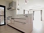 キッチンには、マグネット式のラックなどをお好きな位置につけてカスタマイズできて便利!