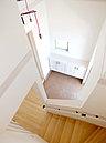 玄関は上部の吹抜とハイサイドライトからの光で明るく開放的