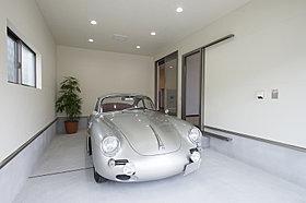 車はもちろん、趣味の道具も見せて収納できるインナーガレージ