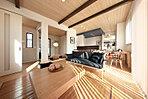 リビング天井にあしらった木の化粧梁。