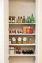 キッチインの脇の食品庫。食材のストックなど、もしもの時に助かります。