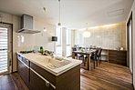 A棟:家族の顔が見える対面キッチンは、スリムペニンシュラ型を採用!