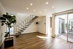 A棟:独立したリビングは、中庭を通してダイニングやキッチンと目線を交わせる計画としています。また、ストリップ階段を計画したことで、空間に広がりを持たせるとともに、光の透過を演出します。