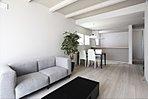 A棟:インテリアの映える広々としたLDK19.3帖。足元からお部屋全体を暖める心地良い床暖房やリビングin階段など、豊かな暮らしを彩る充実の設備。