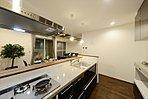 C棟:全国初採用のフィオレストーン天板を贅沢に使用した特別製のキッチンです。老舗キッチンメーカーの製品で、3層に使えるスリーレイヤードシンクや、細部に至る収納などは抜群の使い心地。