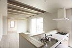2階居室は、お子さまが小さいうちは広々とした1ルームでご利用いただける「2ドア1ルーム」。可動収納や間仕切りを設置することで、将来的に2室に変更することが可能です(施工例写真)
