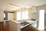 人気の対面キッチン!1度にたくさんのメニューが作れる、3口コンロ付。お手入れが簡単なラクリーンシンクを採用しているので、毎日のお掃除もラクラク!(施工例写真)