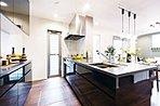 キッチン ※写真は2015年12月にモデルホーム(4号棟)および1号棟、7号棟をそれぞれ撮影したもので家具・調度品は販売価額に含まれておりません。設備等は住戸により異なる場合がございます。