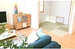 リビング ※掲載の写真は2016年7月にモデルホームNo3、8を主に撮影したもので家具・調度品は販売価額に含まれておりません。また設備等は各住戸により異なる場合がございますので実物にてご確認ください。