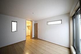 主寝室は南向きバルコニーに面し、窓も多数。(現地モデルハウス