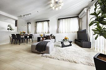 リビング・ダイニング ※掲載の写真は本物件のモデルハウス(No.13)を撮影(平成27年10月)したもので、家具・調度品等オプション仕様は販売価格に含まれておりません。