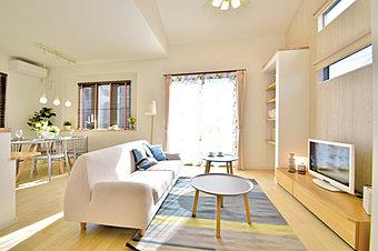 【10号棟モデルハウス】開放感をもたらす勾配天井のある家。キッチンカウンターが2段になっている「おうちカフェ」プラン。
