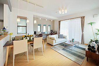 【モデルハウス完成・公開中】  現地にて家具入りモデルハウスを公開中です。 リビング天井高2.7Mの開放的なプランニング、全棟2階建てのゆとりある空間をぜひ一度ご覧にお越し下さい。  平日でも内覧できます。 お問い合わせは、【フリーコール】0120-921-929まで