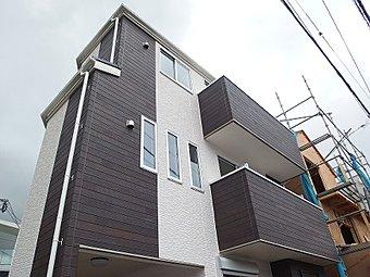 【現地外観】角地の開放感や陽当たりに恵まれた新築戸建です