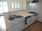 【現地キッチン】人気の対面式キッチンを採用。食洗機・浄水器一体型