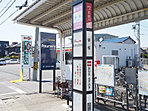 <周辺>名鉄バス安松停まで徒歩約6分。無料自転車置場併設。