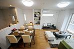 モデルハウス14号棟LDK。キッチンから部屋全体を見渡せるプラン。モデルハウス販売会開催!お客様のお好みの家づくりをお手伝い致します!